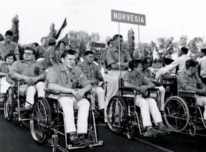 Den norske troppen under åpningsseremonien i Roma i 1960. 17-åringen Eskild Hansen ytterst til høyre i første rekke.