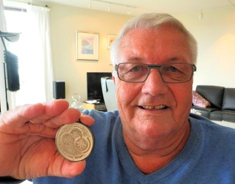 Eskild Hansen med sølvmedaljen han vant i handikap-OL i Tel Aviv i 1968.