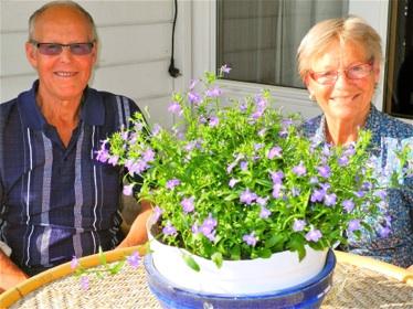 På terrassen hos Lars og Marta er det ikke over- raskende både grønt og fargerikt. Planten på bordet er en lobelia.