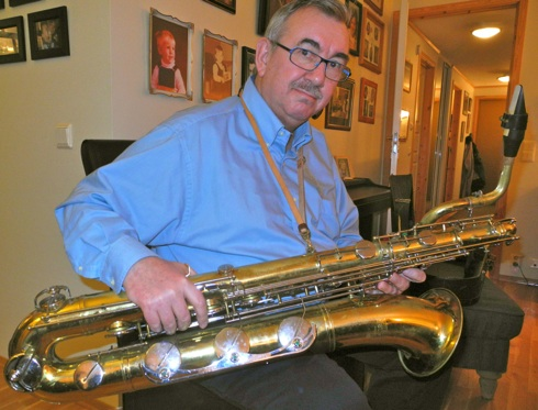 Carl Fredrik Wold med barytonsaxofonen. Han kjøpte både den og to altsaxér av polske musikanter som hadde sommerjobb i Norge. Før hjemreisen til Polen ville de kvitte seg med alle instrumentene. Dette var for ca. 25 år siden. Wold har fortsatt to av de tre saxofonene.