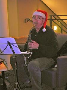 Carl Fredrik sørget for god stemning under fjorårets julegløggarrangement.